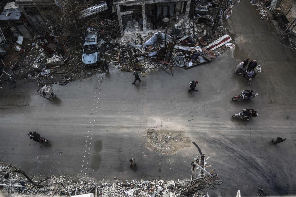 Kranaatin jälki kadussa Doumassa Damaskoksen lähistöllä.