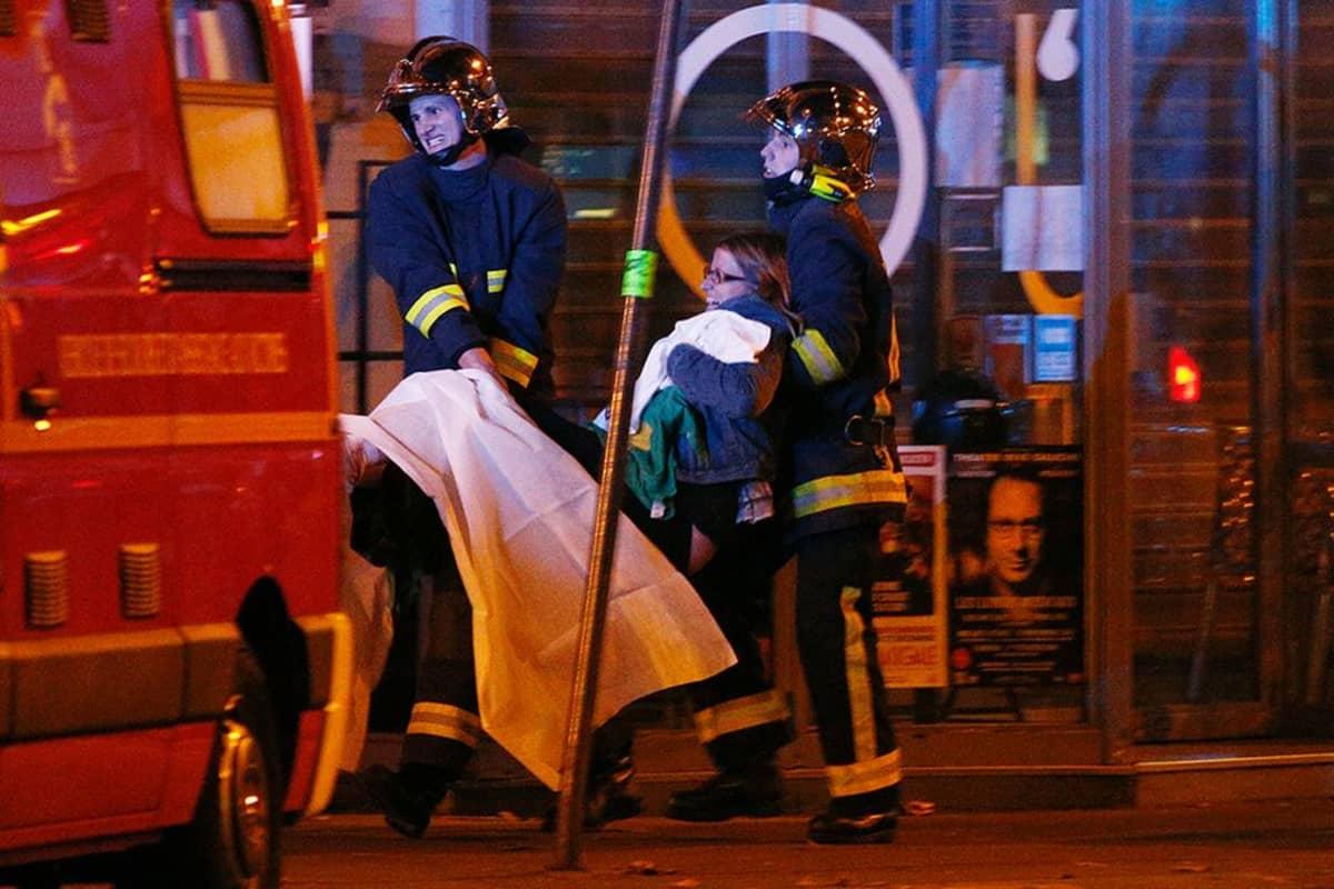 Haavoittuneita ihmisiä evakuoidaan panttivankitilanteesta Bataclan- konserttisalista 14. marraskuuta.