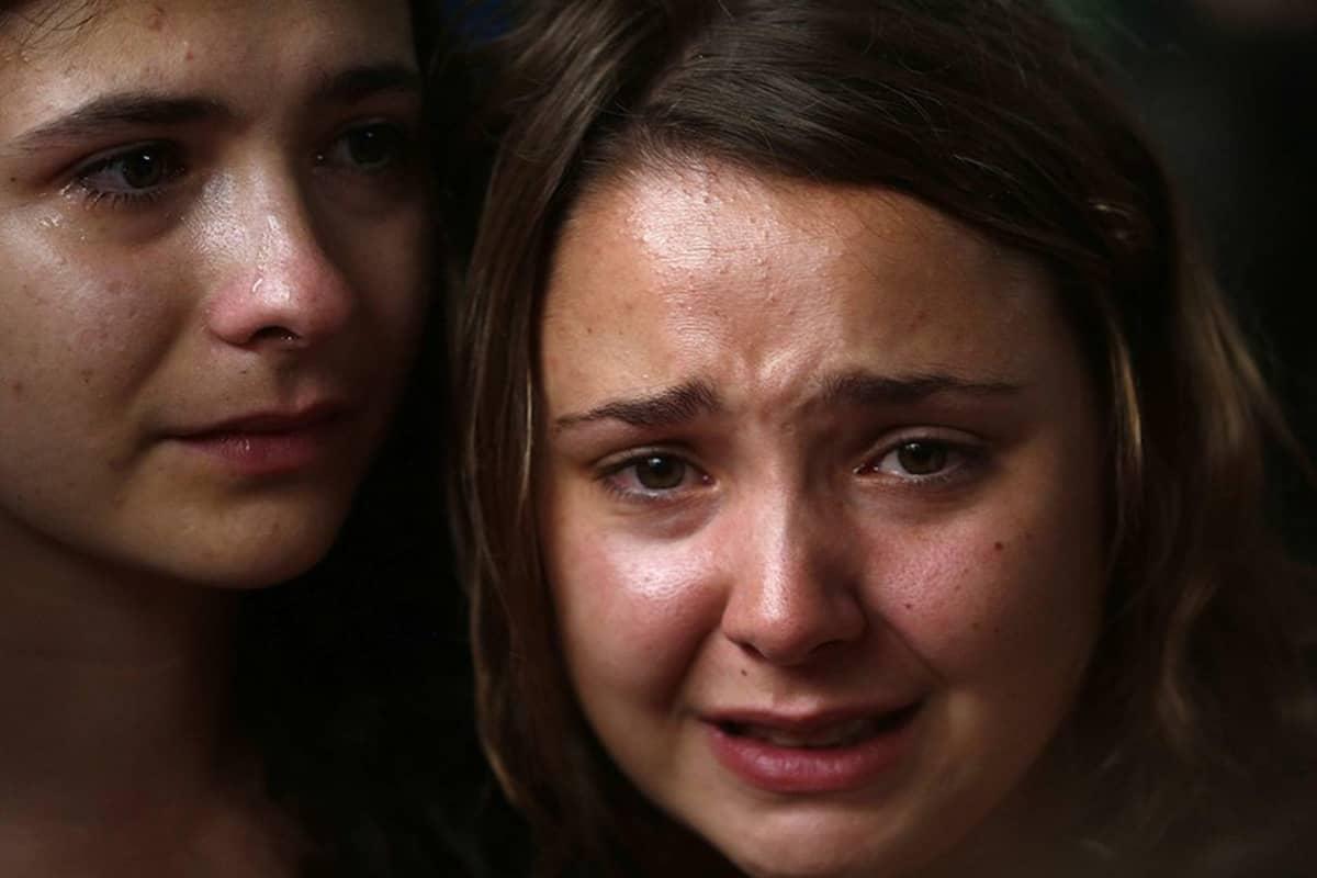 Kyynelehtiviä nuoria.