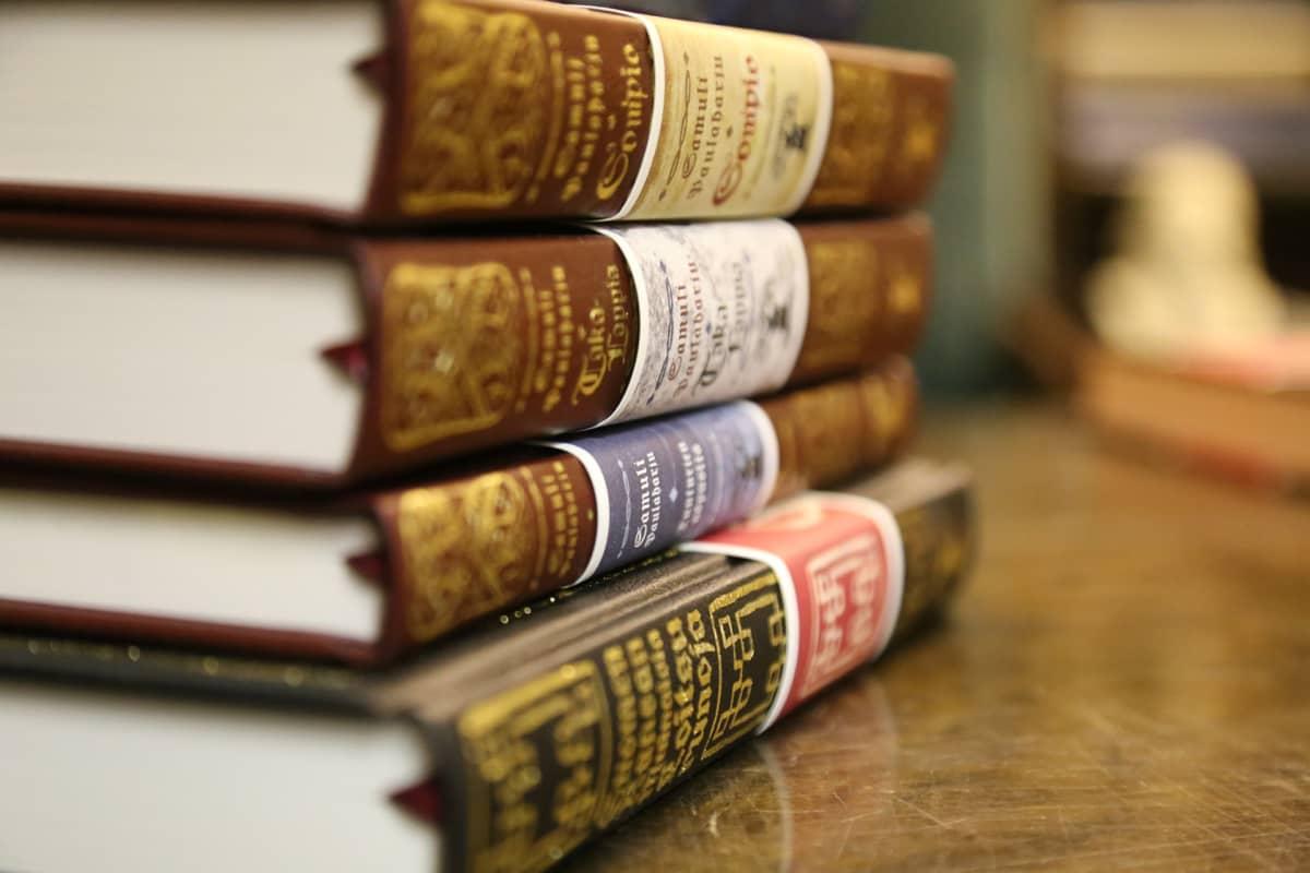 Kirjoja pinossa
