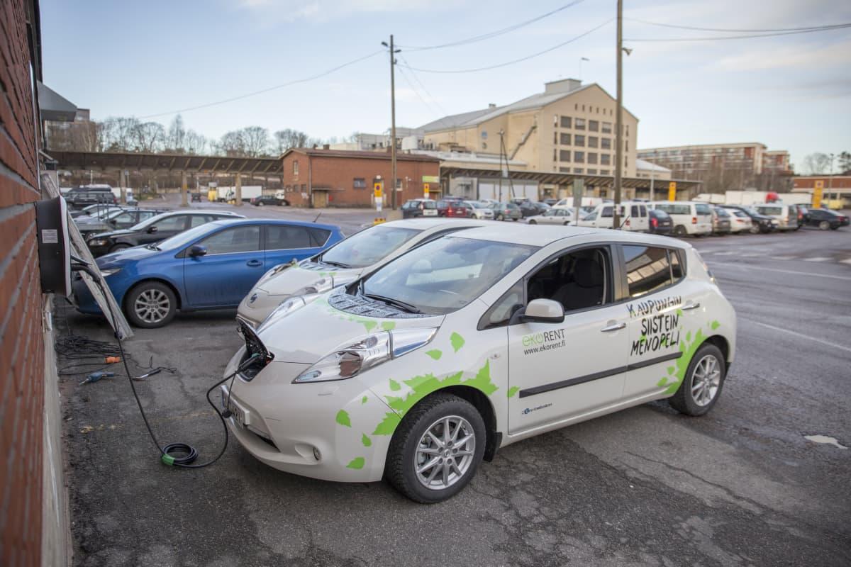 Kaksi EkoRent Oy:n sähköautoa Teurastamon parkkipaikalla.