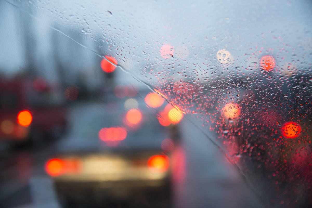 autojen jarruvaloja sateisessa kelissä
