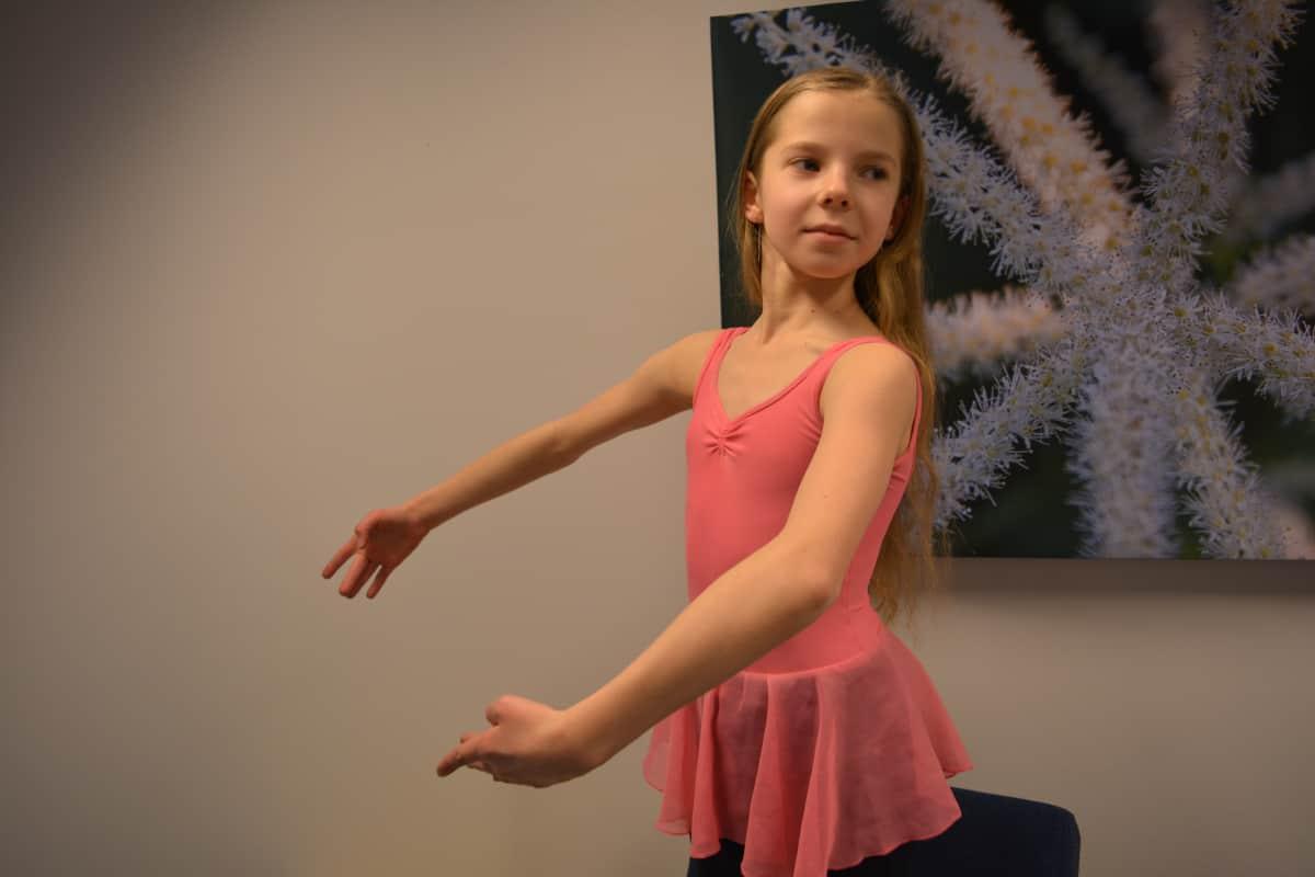 Pinja Rissanen harrastaa balettia 5-6 kertaa viikossa. Baletin lisäksi harrastuksiin kuuluu nykytanssi ja viulunsoitto.