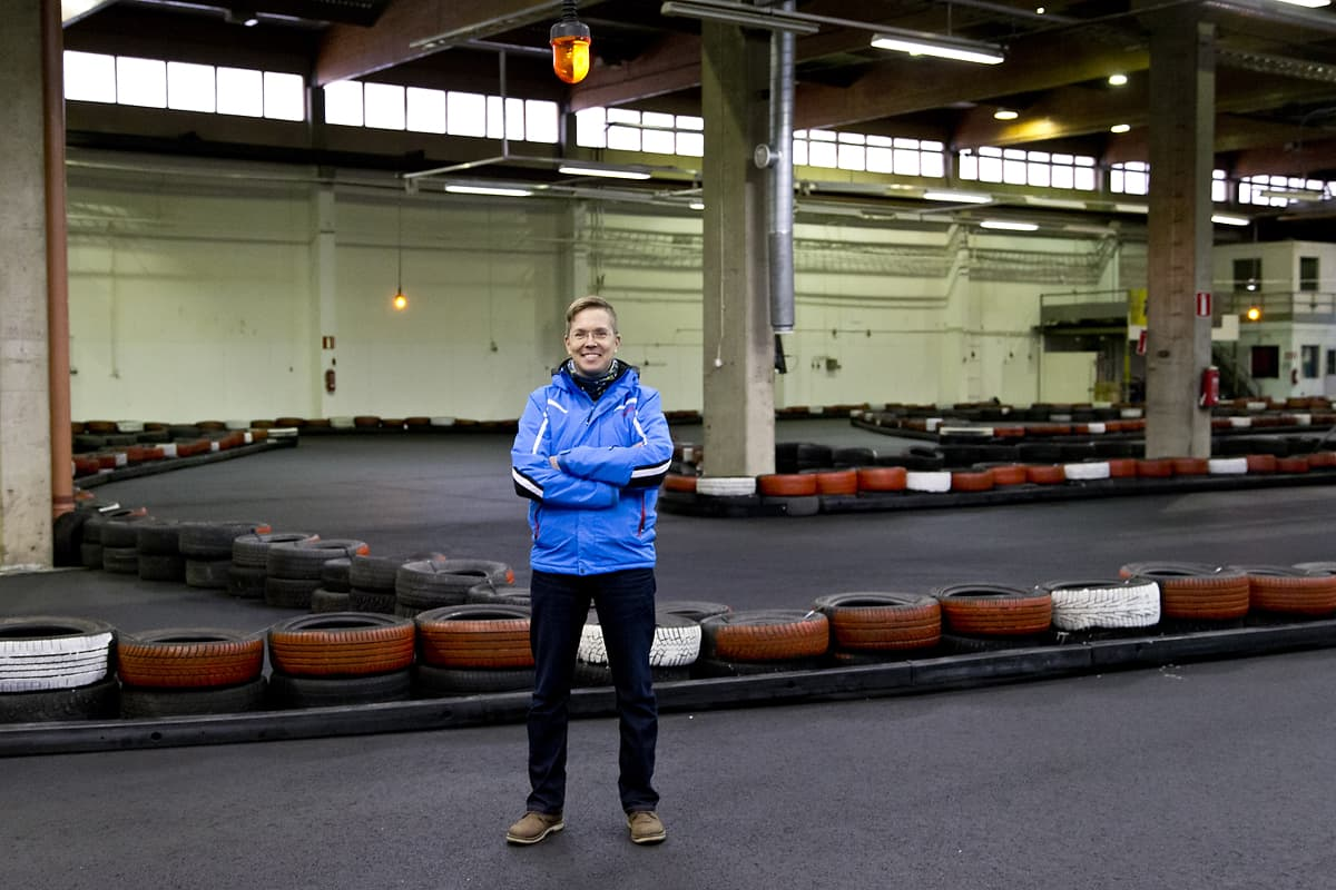 Ossi Oikarinen seisoo karting-radalla.