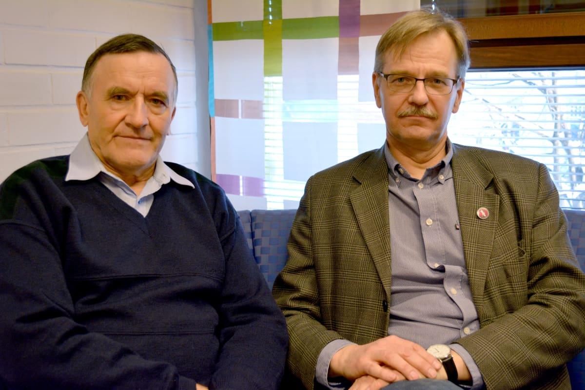 Juhani Hautala ja Juha Huttunen istuvat sohvalla.