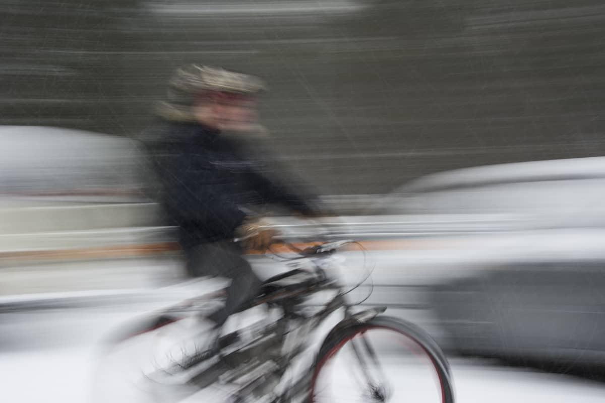 Vauhdikas kuva kaksipyöräisestä liikenteessä.