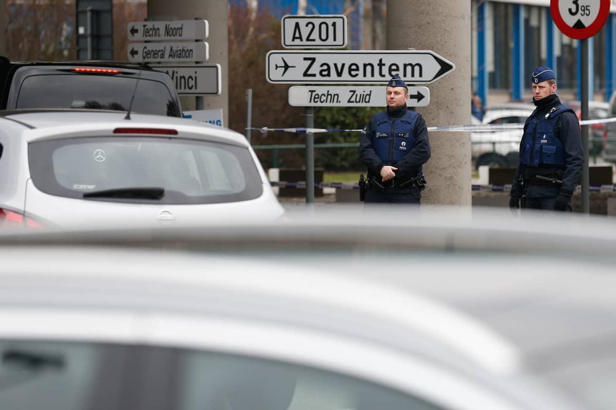 Poliisit vartiovat Brysselin kansainvälisen lentoaseman sisäänkäyntiä torstaina 24. maaliskuuta.