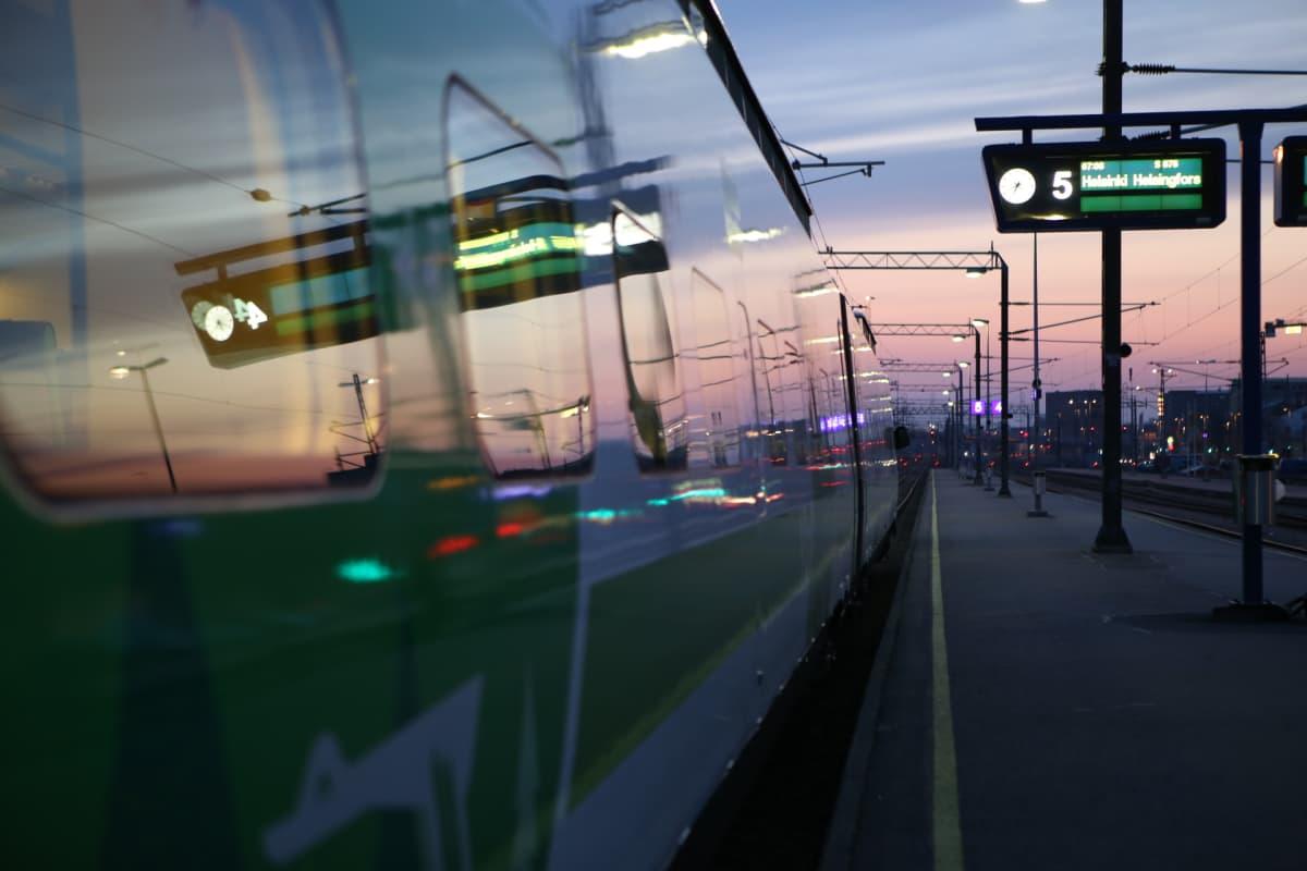 Express-juna lähdössä asemalta