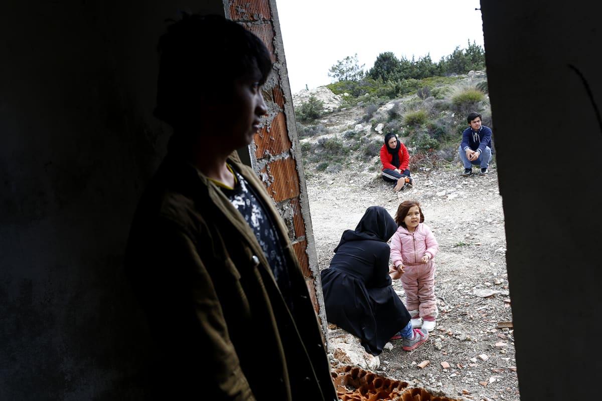 Turkkiin saapuneita afgaanipakolaisia Cesmessä, Turkissa 6. maaliskuuta.
