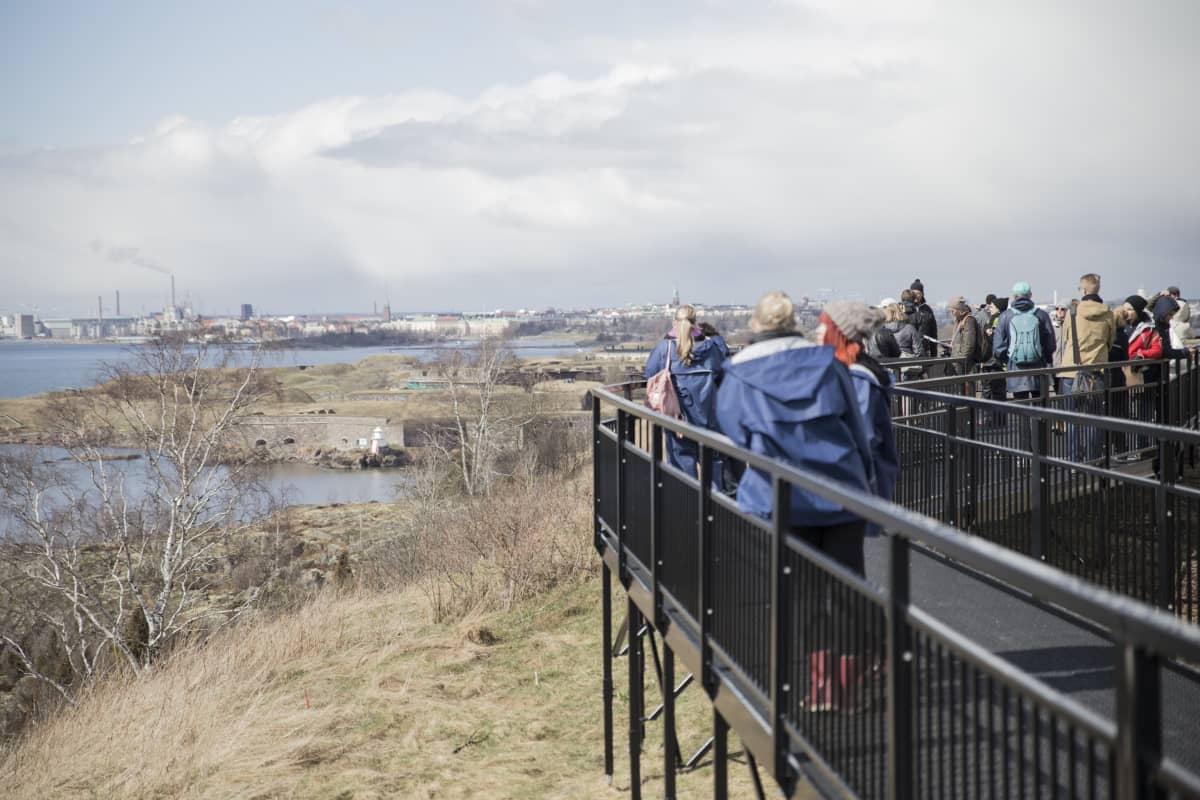 Puhdas Vallisaari-kilpailijoita Aleksanterinpatterin näköalatasanteella.