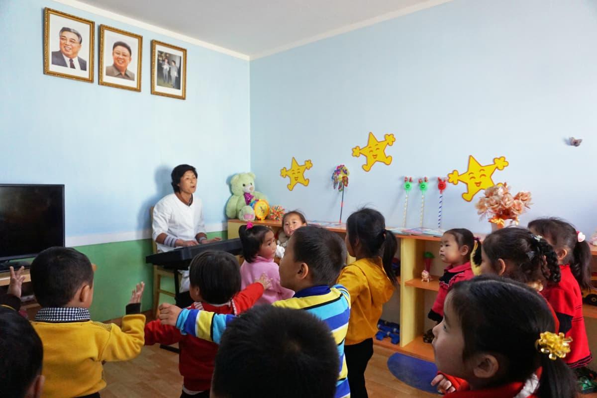 Lapset opetetaan pienestä pitäen osoittamaan kunnioitustaan Kim Il Sungille ja Kim Jong Ilille.