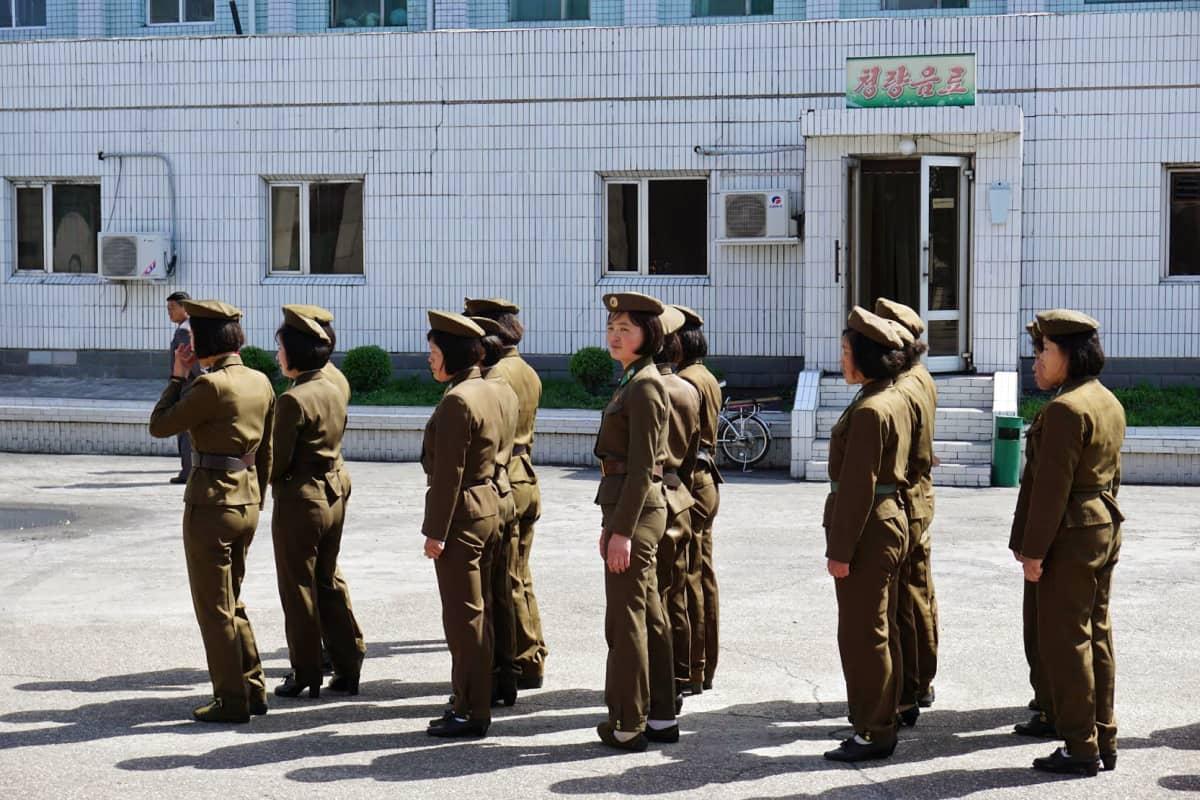 Naissotilaat muodostelmassa ennen siirtymistä kasarmialueelle.
