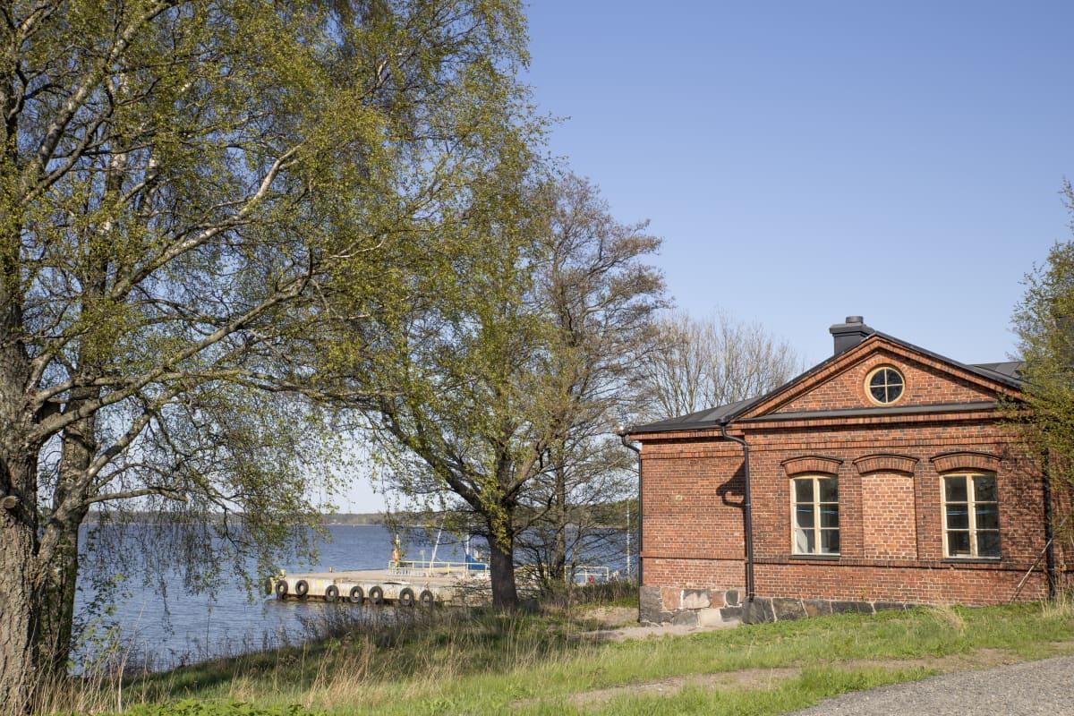 Vallisaaren päälaituri ja punatiilinen rakennus.