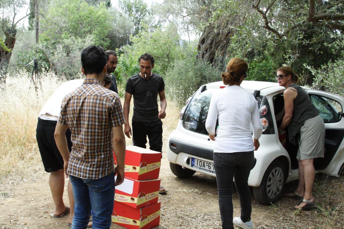 naiset nostavat laatikoita autosat
