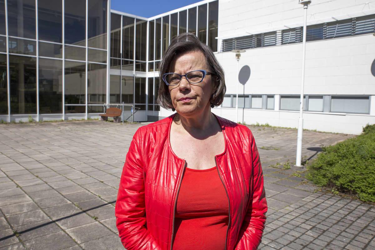 Nainen Mäntsälän kunnantalon pihalla.