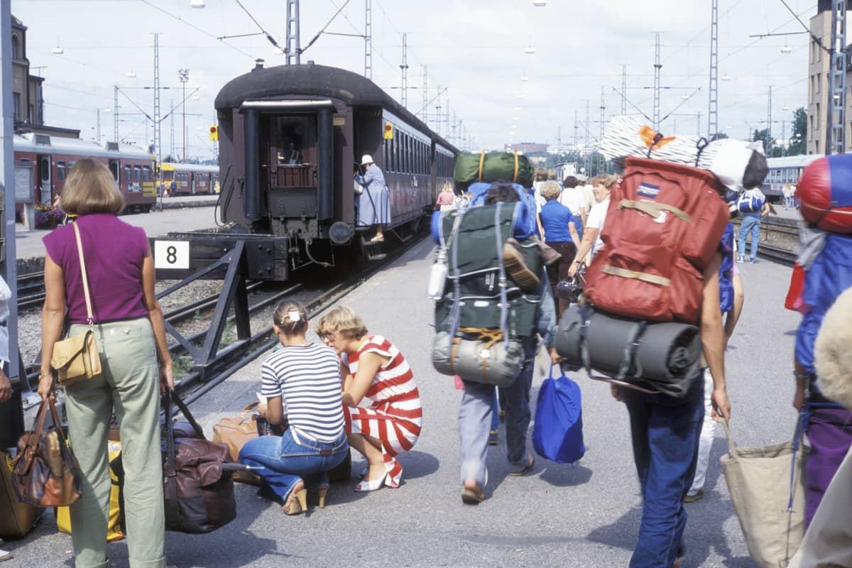 Interrail-matkailijoita Helsingin rautatieasemalla kesällä 1980.