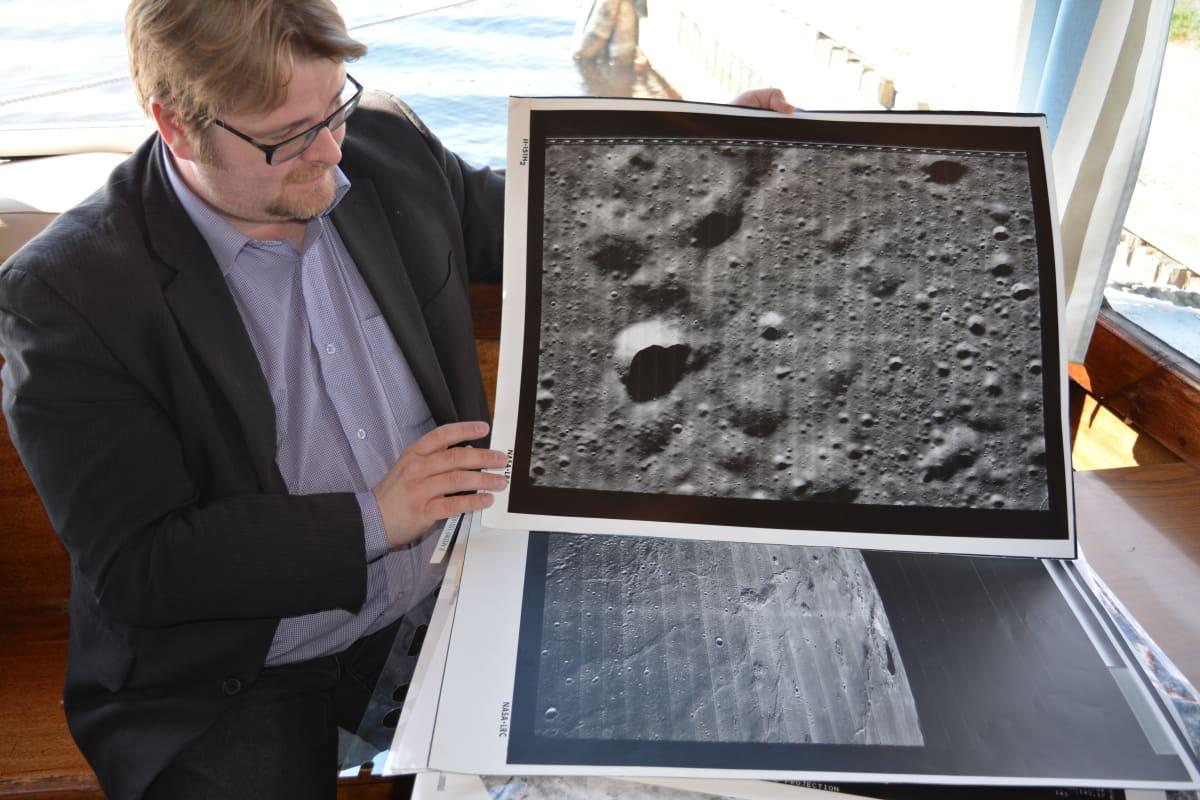 Marko Aittola esittelee kuvia planeetoista