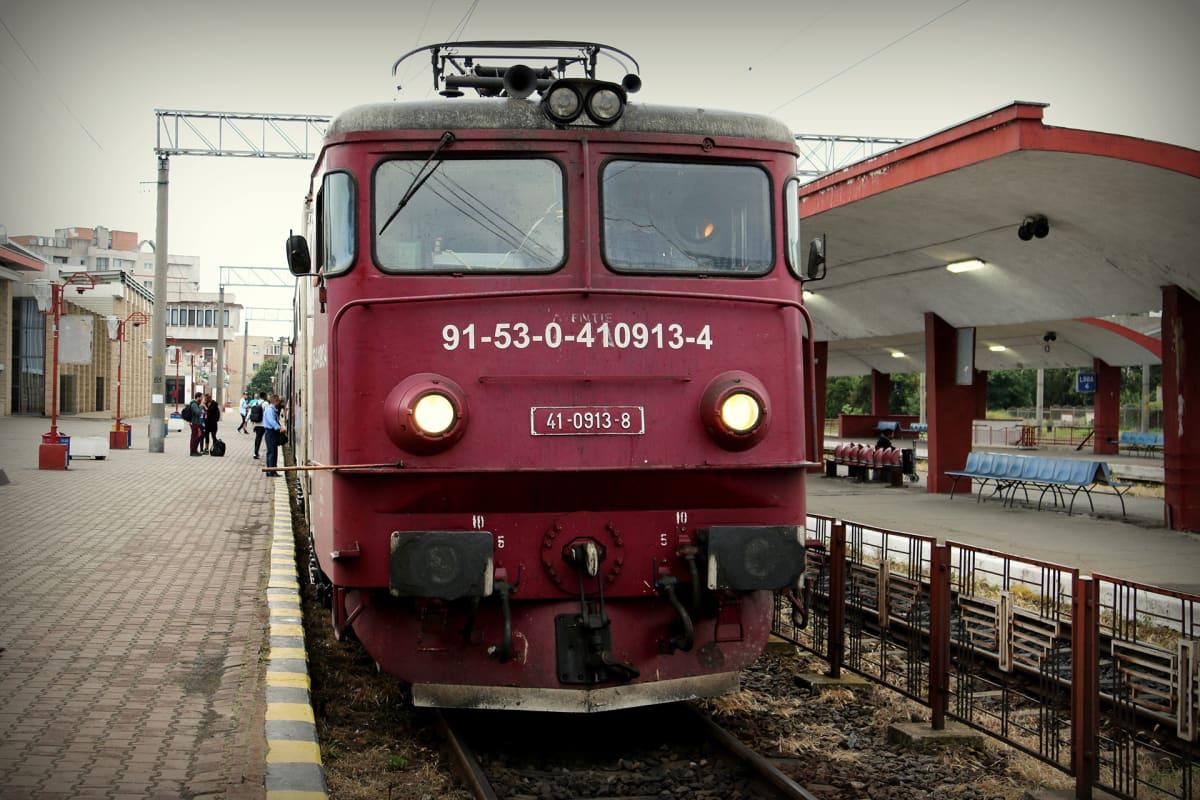 Romanialainen veturi asemalla.