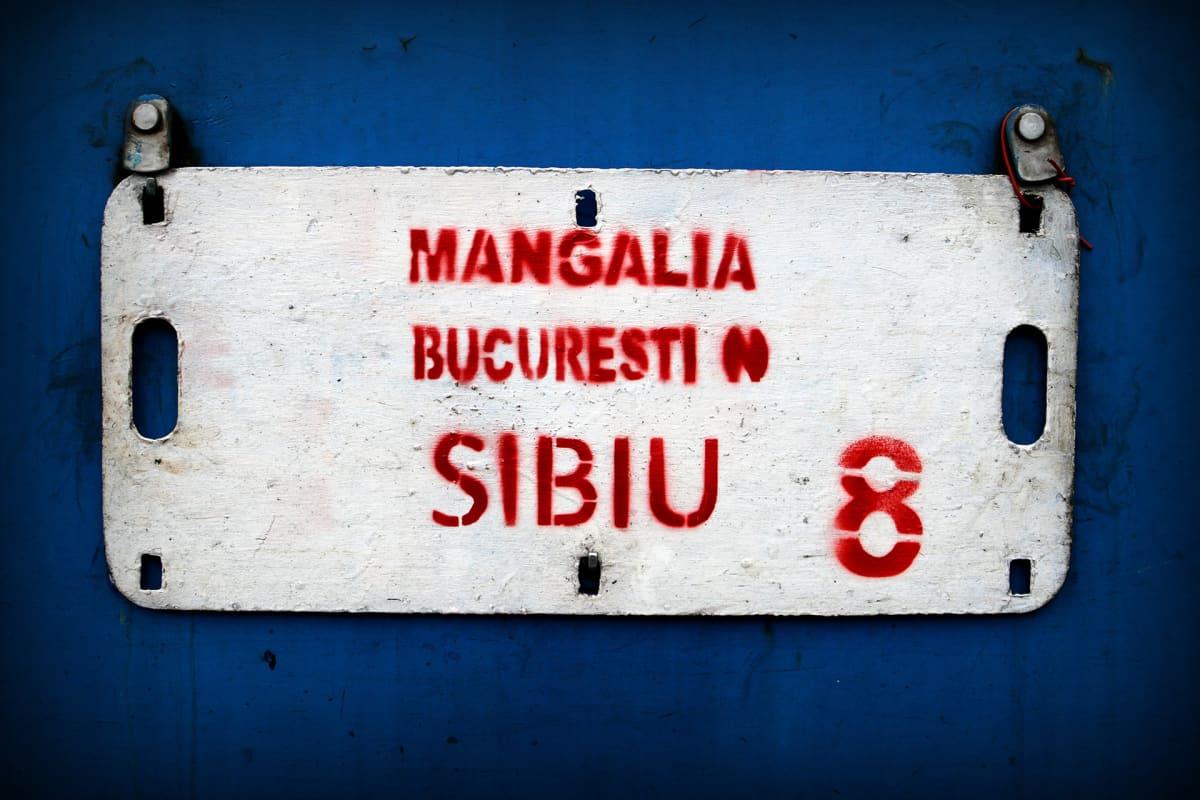 Määränpää -kyltti romanialaisen junavaunun seinässä. Antti Kurosen junamatka jatkuu Romanian pääkaupunkiin Bukarestiin.