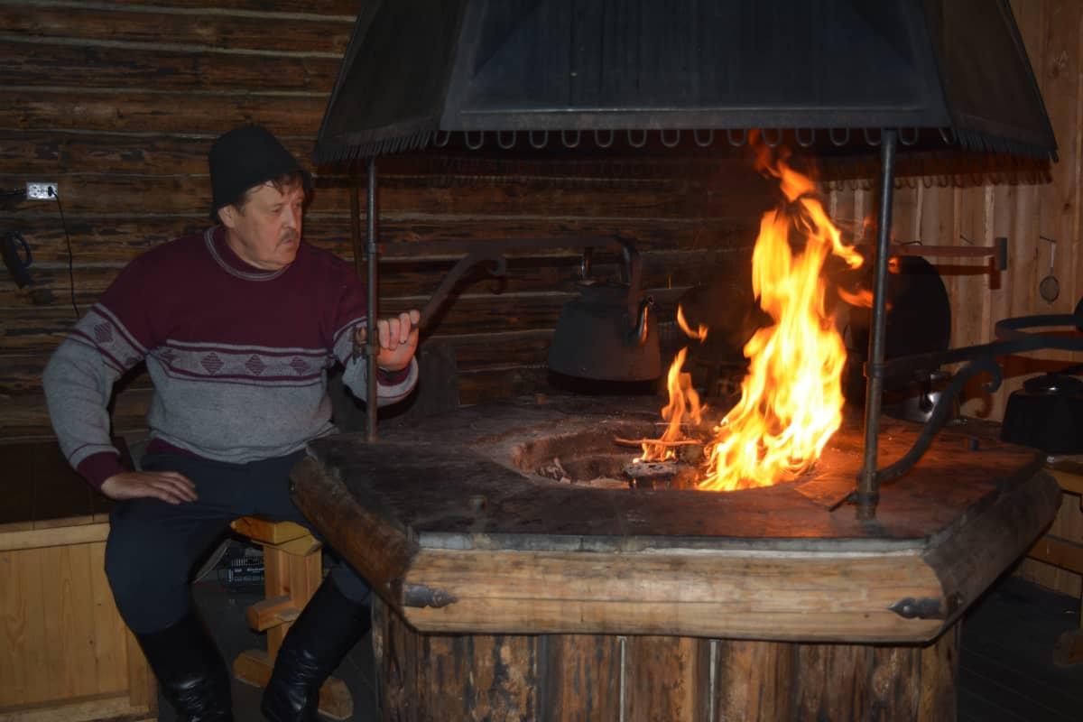 Juha Rinta-Röyskö tarinoi Alajoen historiasta avotulen äärellä