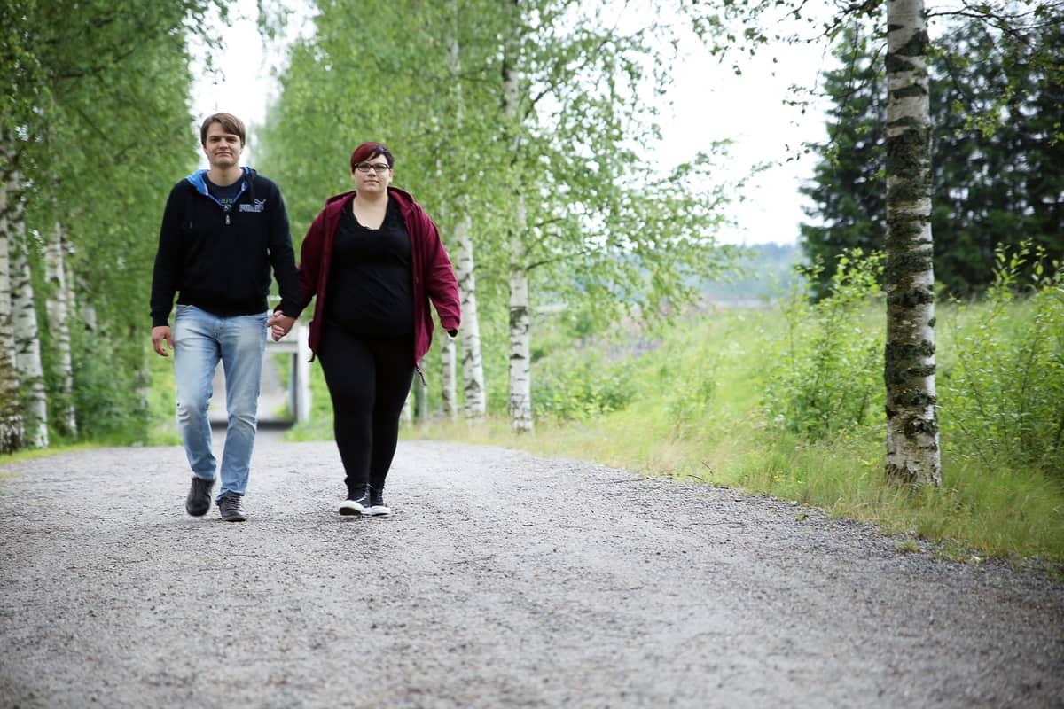 Valtteri ja Ella-Maria Tuomela kävelevät käsi kädessä.