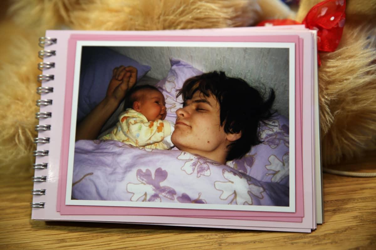 Valokuva-albumin kuvassa Valtteri Tuomela nukkuu vauvansa vieressä.