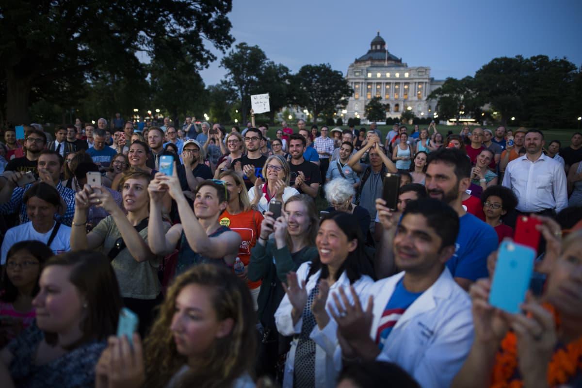 Mielenosoittajia Capitolin edustalla.