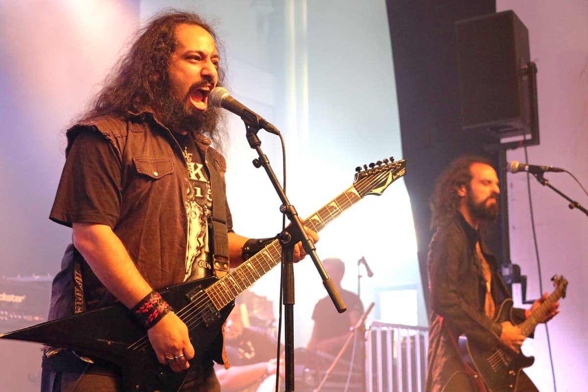 Libanonilaisen Blaakyumin laulaja-kitaristi Bassem Deaibess ja kitaristi Rabih Deaibess Tuska-festivaaleilla Helsingissä 1.7.2016.