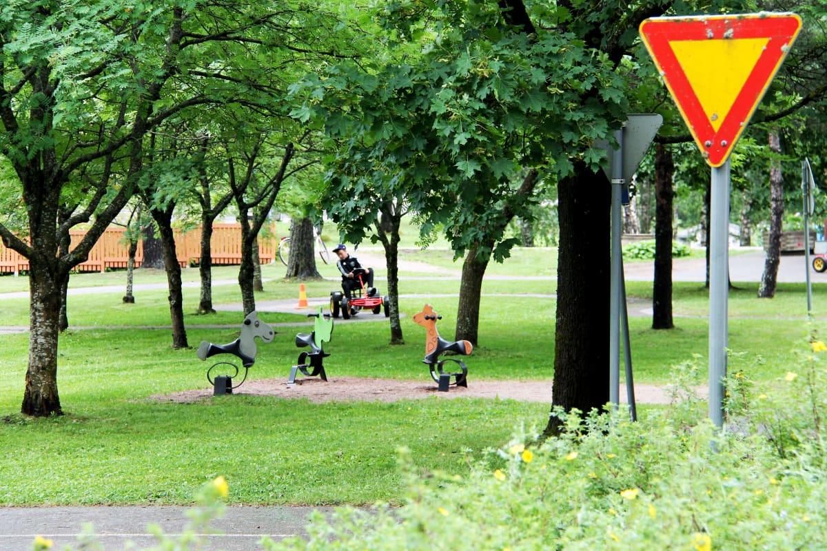 Polkuautoilija lasten liikennepuistossa