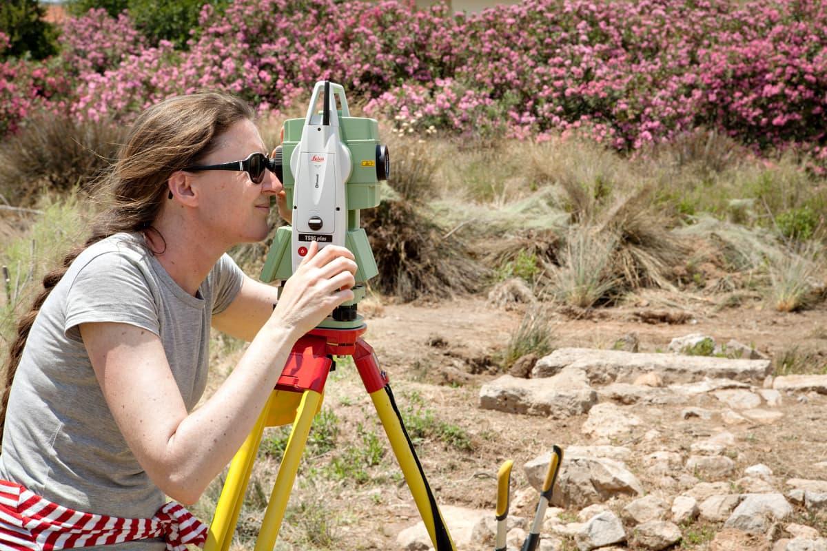 Arkeologi. Tutkimusryhmään kuuluva Leidenin yliopiston apulaisprofessori Ann Brysbaert mittaa takymetrilla Salamiin antiikin kaupunginmuurin tornia.