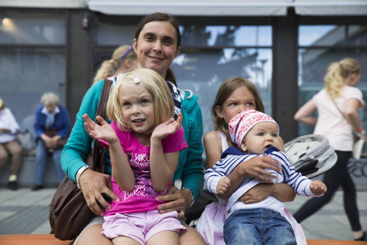 Anu Vähäkallio perheineen on paljasjalkainen espoolainen.