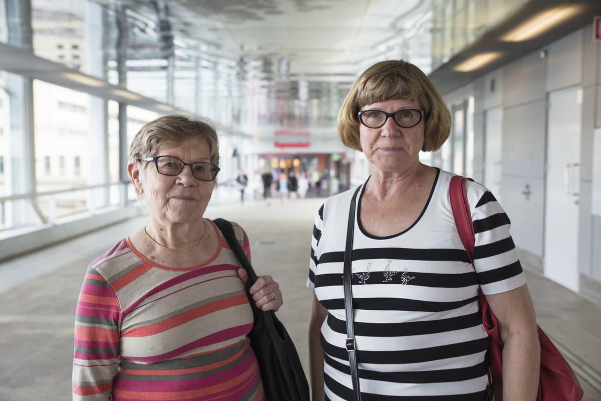 Eläkeikäiset naapurukset Helmi Lundgren ja Sinikka Eloranta viihtyvät Espoossa mainiosti.