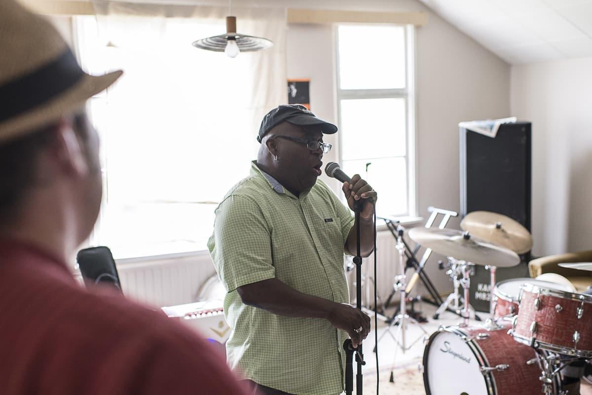 Barrence Whitfield laulaa Wentus Blues Bandin harjoituksissa.