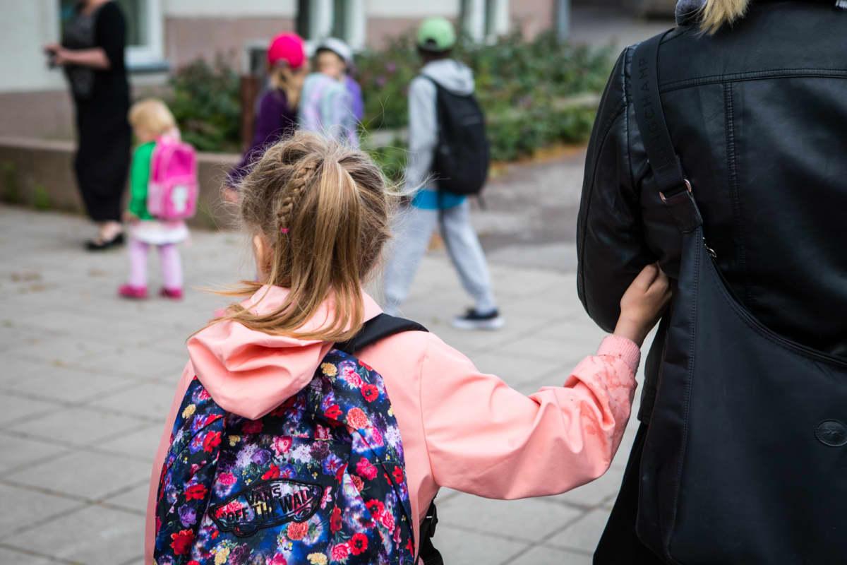 Matilda Salmi aloittaa koulunkäynnin tänään. Koulun pihalla on vieraita ja tuttuja.