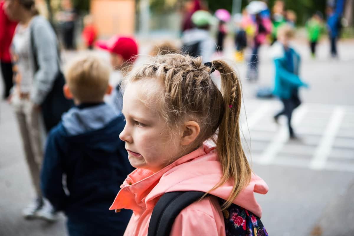 Matilda Salmi aloittaa koulunkäynnin tänään. Mitähän tästä tulee? Matilda suhtautuu kouluun kuitenkin odottaen.