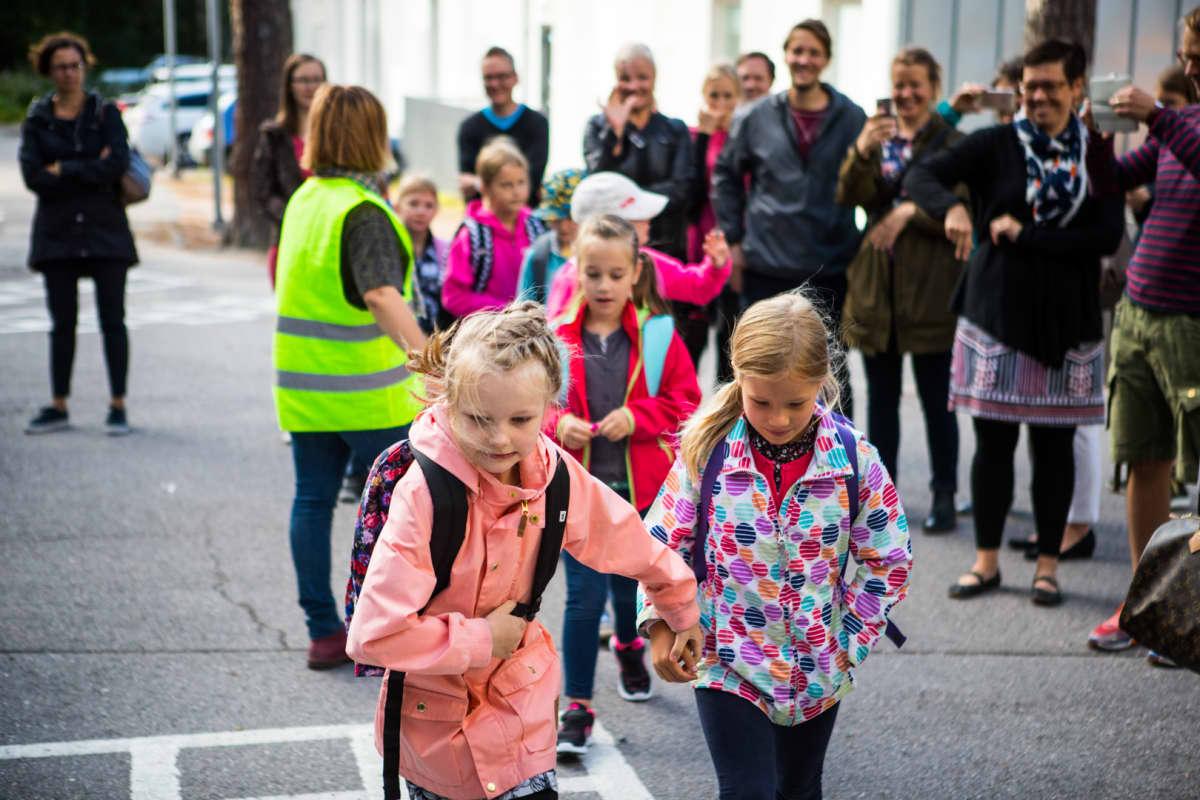 Matilda Salmi aloittaa tänään koulunkäynnin. Hän haluaa juosta kouluun heti, kun saa luvan.