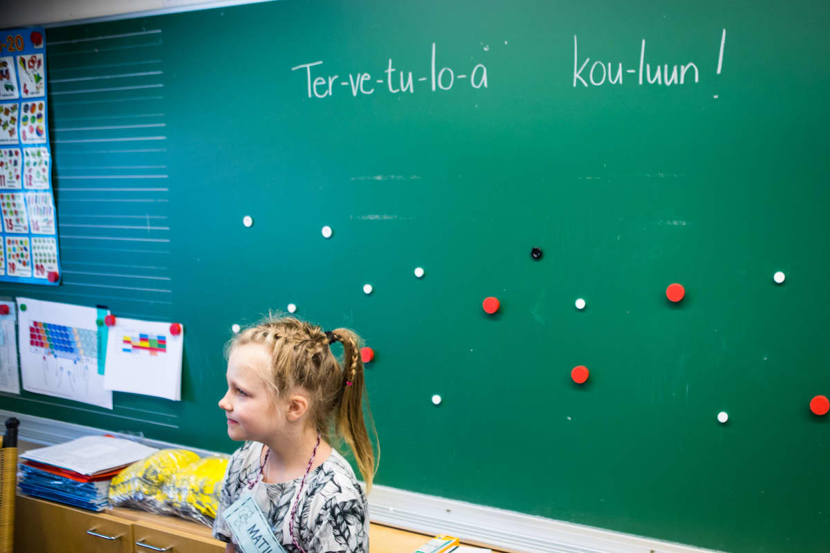 Matilda Salmi aloittaa koulunkäynnin tänään. Taululla toivotetaan kaikki tervetulleeksi.