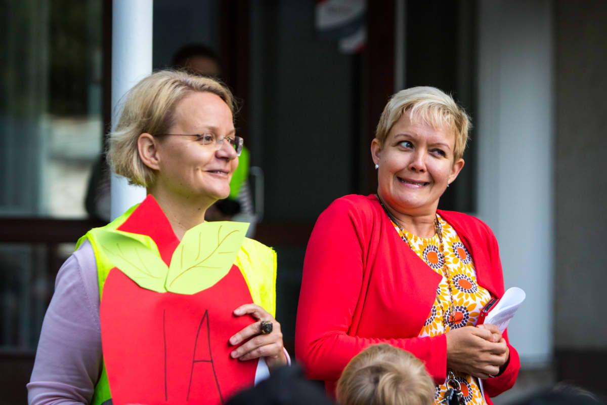 Matilda Salmi aloittaa koulunkäynnin tänään. Opettajiakin jännittää. Koulun rehtori Taija Kiesi-Talpiainen (oik.) pitää pienen esittelypuheen.