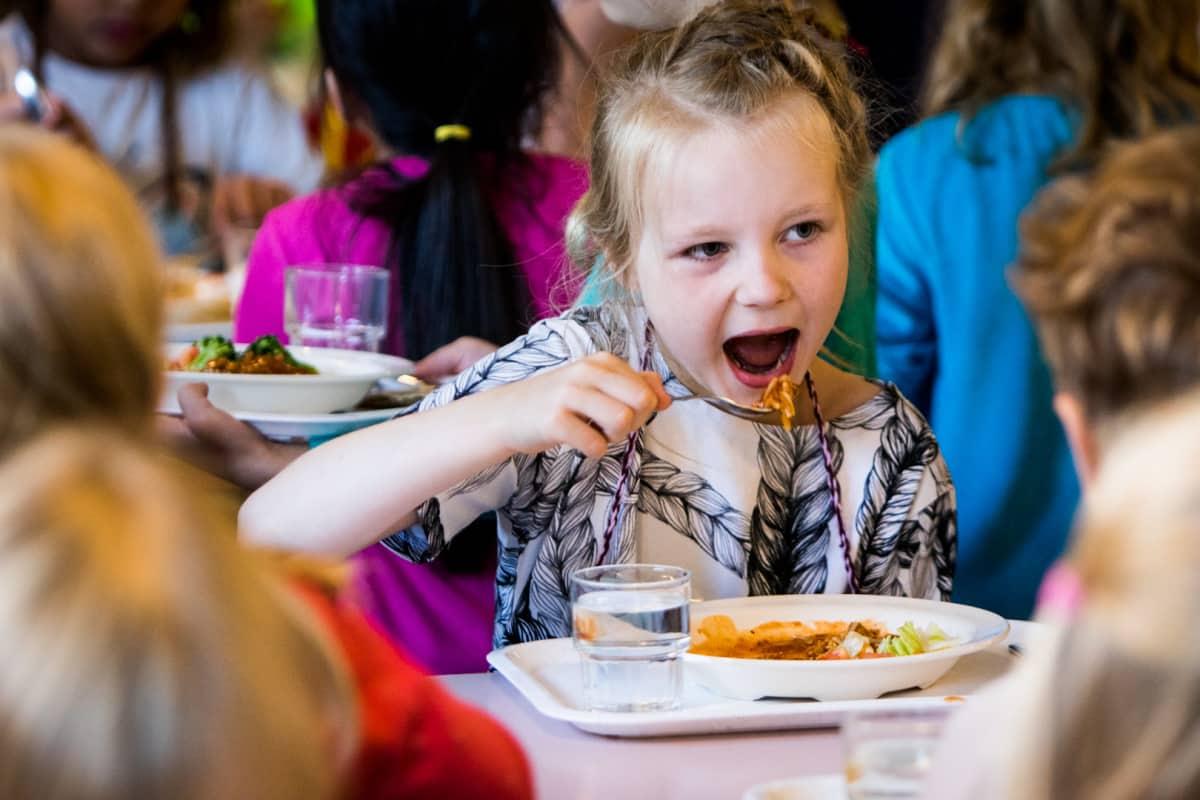 Matilda Salmi aloittaa tänään koulunkäyntinsä. Hän syö ensimmäisenä päivänä kolme annosta makaronia ja jauhelihakastiketta.