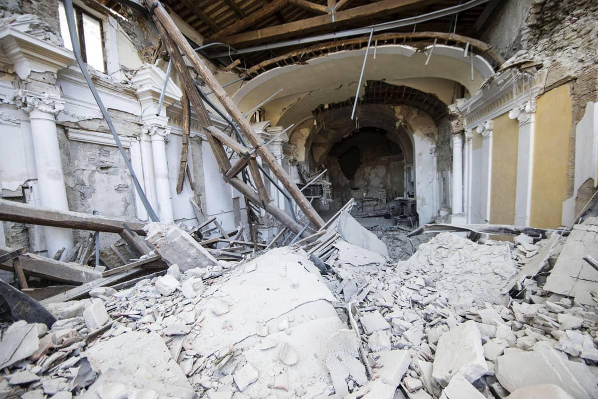 Amatricen kylän maanjäristyksessä tuhoutunut kirkko 24. elokuuta.