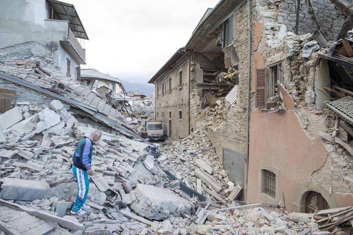 Maanjäristyksessä tuhoutuneita rakennuksia Amatricessa.