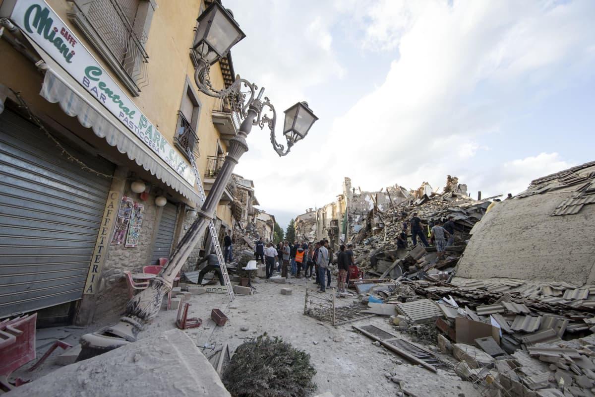 Romahtaneita ja vaurioituneita taloja.