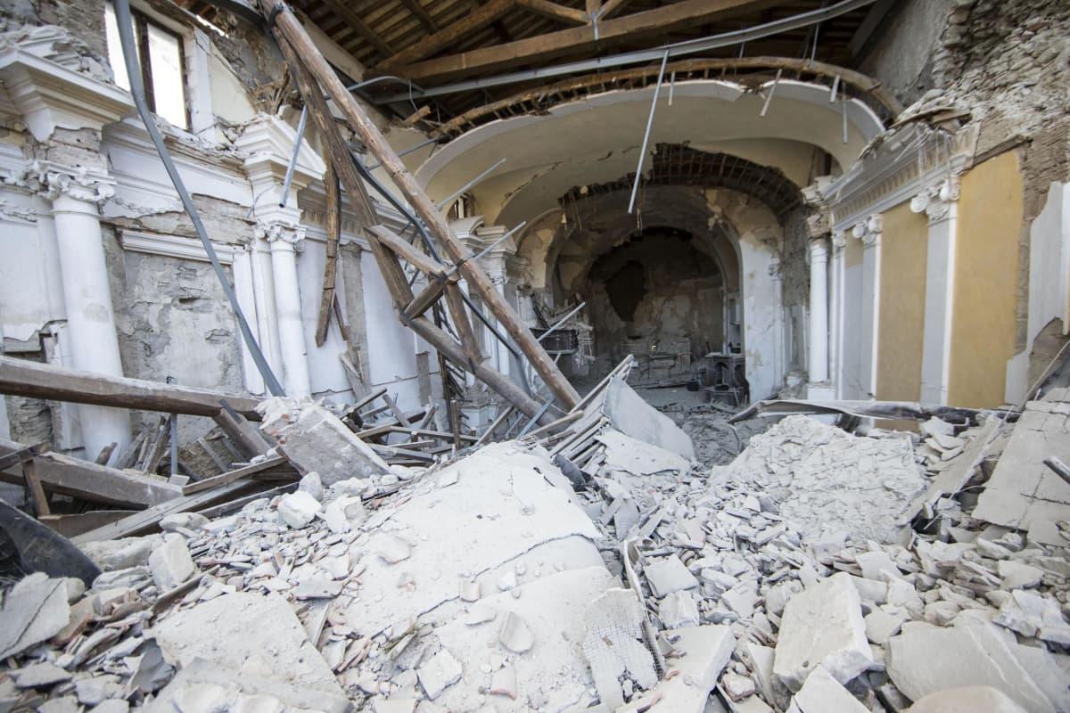 Kirkon sisätilat, jossa osa seinistä ja katosta on romahtanut.