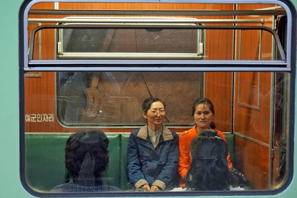 Metron matkustajia.