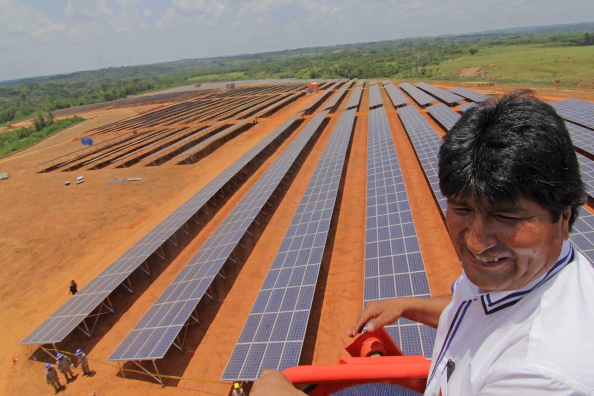 Bolivian presidentti Evo Morales aurinkopaneeleita katsomassa 30. syyskuuta 2014.