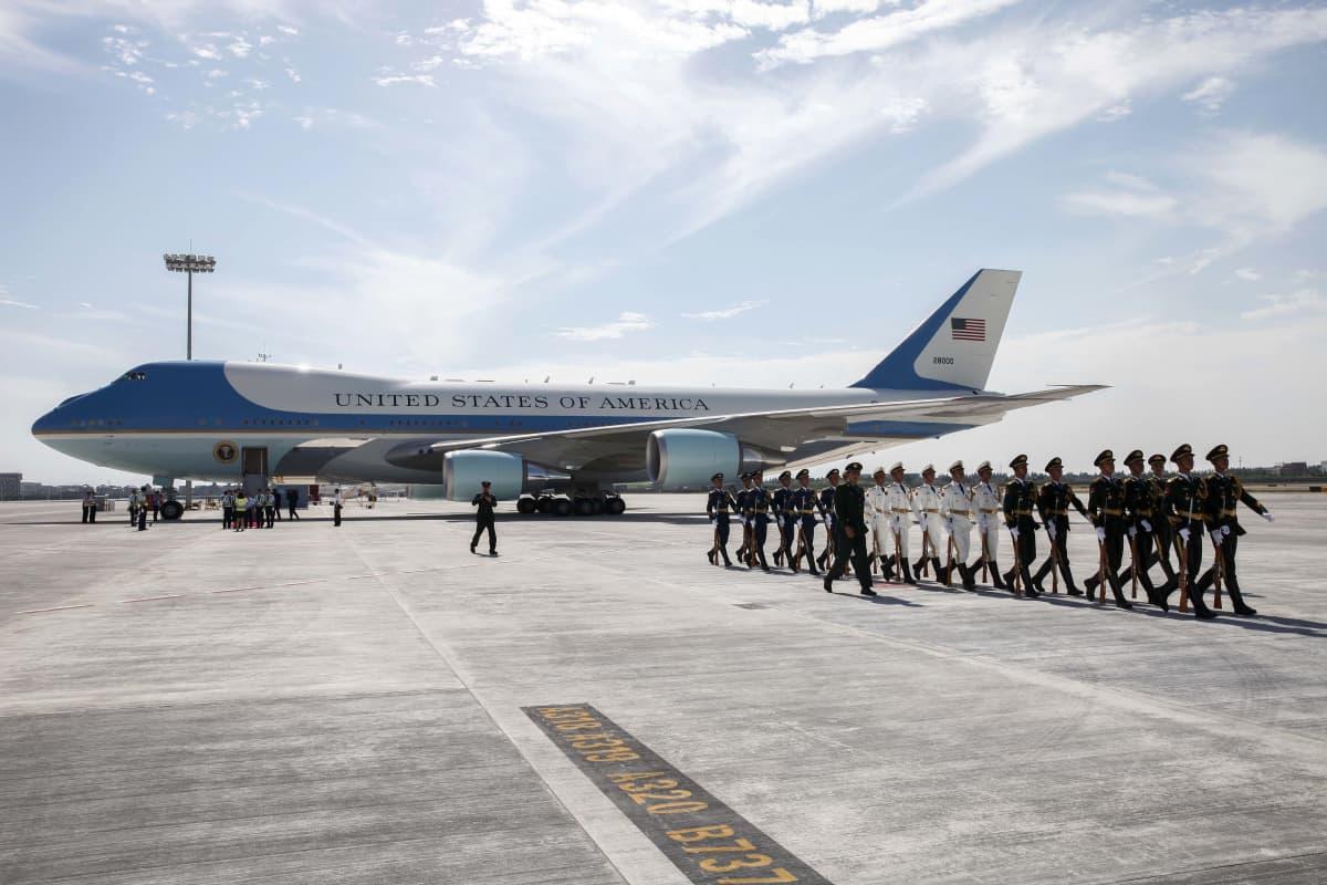 Yhdysvaltain presidentin lentokone kentällä. Sen luota marssii poispäin kiinalainen kunniavartiokaarti.