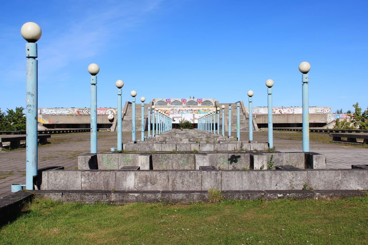 Linnahallin eteläosan puistomaisen katon alla sijaitsee jäähalli, jossa luisteltiin viimeksi  2000 -luvun alkuvuosina.