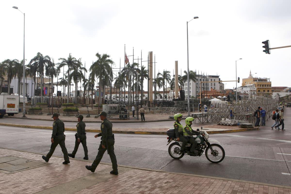 26. syyskuuta 2016 julkaistussa kuvassa poliisit partioivat Cartegenan kaduilla Kolumbiassa.