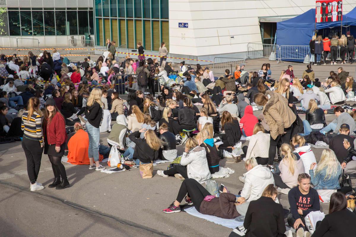 Väsyneitä beliebereitä Helsinki Areenan jonossa maanantaina iltapäivällä.