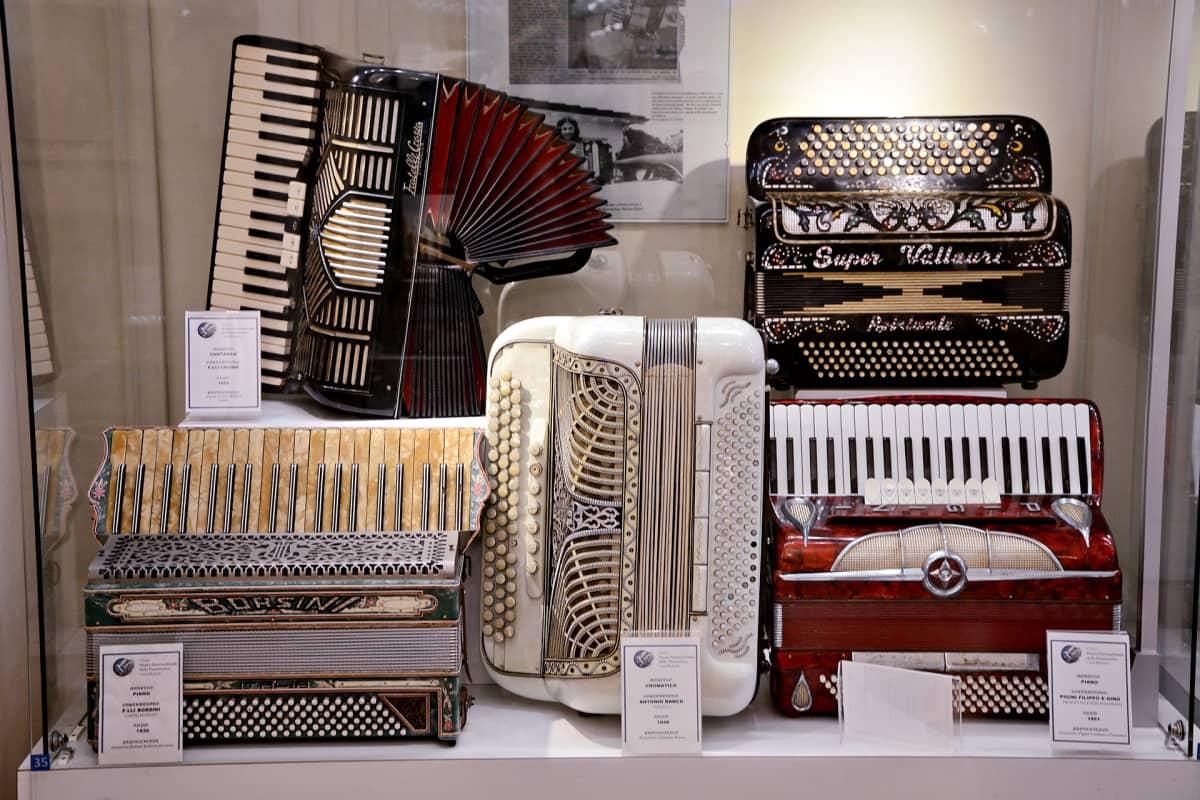 Castelfidardolainen haitariteollisuus syntyi 1800-luvulla. Kuvassa haitarimuseon kokoelmia.
